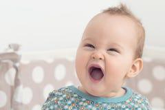 Otto mesi della neonata che esamina la macchina fotografica Immagine Stock Libera da Diritti