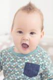 Otto mesi della neonata che esamina la macchina fotografica Fotografia Stock