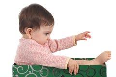 Otto mesi di bambino all'interno di un gioco della casella Immagini Stock Libere da Diritti