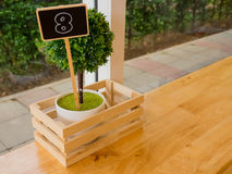 Otto numero fatto da legno, stile d'annata sulla tavola in caffetterie Immagine Stock Libera da Diritti
