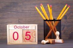 5 ottobre calendario di legno del primo piano Pianificazione di tempo e fondo di affari Immagini Stock