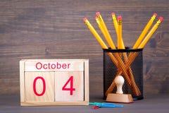4 ottobre calendario di legno del primo piano Pianificazione di tempo e fondo di affari Fotografia Stock