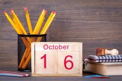 16 ottobre calendario di legno del primo piano Pianificazione di tempo e fondo di affari Immagini Stock Libere da Diritti