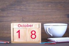 18 ottobre calendario di legno del primo piano Pianificazione di tempo e fondo di affari Immagini Stock