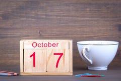 17 ottobre calendario di legno del primo piano Pianificazione di tempo e fondo di affari Immagine Stock