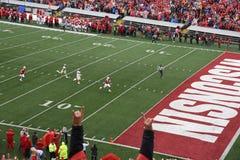 14 ottobre 2017, campo Randall Stadium, Madison, Wisconsin Tornando indietro Jonathan Taylor About To Score un atterraggio per il Fotografie Stock