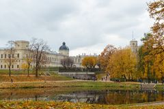 11 ottobre 2014, Gatcina, Russia, stagno di Karpin, grande palazzo di Gatcina Fotografie Stock Libere da Diritti