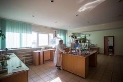 14 ottobre 2014 l'ucraina Kyiv Donna di mezza et? caucasica nelle camice nel laboratorio chimico Uno specialista sul lavoro, sopr fotografie stock