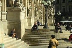 13 ottobre 2017, la Francia, Parigi, la gente che si siede sulle scale fotografia stock