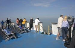 7 ottobre 2015 Lewes Delaware: I passeggeri del traghetto di Henlopen del capo guardano fuori sopra la baia di Delaware Immagine Stock Libera da Diritti