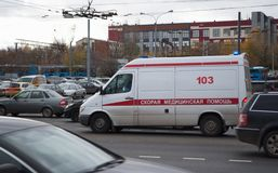 Ottobre 2017, Mosca, Russia Ambulanza nel traffico fotografie stock libere da diritti