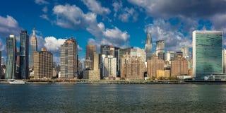 24 ottobre 2016 - NEW YORK - orizzonte del Midtown Manhattan visto dal East River che mostra l'edificio di Chrysler e la N unita Fotografie Stock