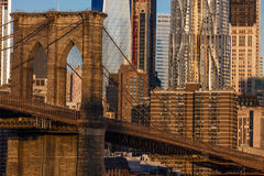 24 ottobre 2016 - NEW YORK - ponte di Brooklyn e World Trade Center delle caratteristiche una dell'orizzonte di Manhattan ad alba Fotografie Stock