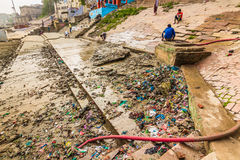 31 ottobre 2014: Rifiuti a Varanasi, India Fotografia Stock