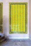 Ottomanstil glasade keramiska tegelplattor som dekorerades med blom- dekoreringar som tillverkades i Iznik, Turkiet arkivbild