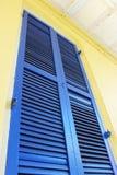 Otturatore blu nel quartiere francese immagine stock
