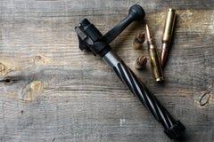 Otturatore e munizioni, bugie e su un fondo di legno Fotografia Stock Libera da Diritti