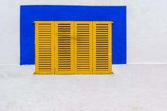 Otturatore giallo della finestra immagine stock