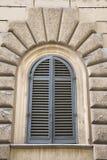 Otturatori chiusi finestra incurvati, Italia. Fotografie Stock Libere da Diritti