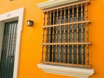 Otturatori dettagliati di legno macchiati della finestra Immagine Stock