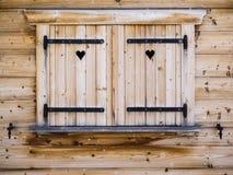 Otturatori di legno su una finestra di cabina Immagine Stock