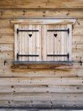 Otturatori di legno su una finestra di cabina Fotografia Stock