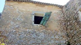 Otturatori di legno sulla casa rovinata, vecchio Perithia, Corfù fotografia stock