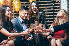 Otuchy! Grupa przyjaciele clinking szkła szampan podczas pa obraz stock