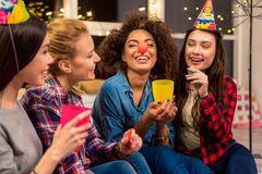 Otwarci przyjaciele bierze radość podczas przyjęcia Fotografia Royalty Free