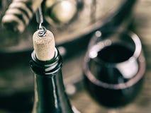 Otwarcia wina butelka Dębowa wino baryłka przy tłem fotografia stock
