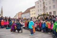 Otwarcie Wielkanocna fontanna w Neuöetting obraz stock