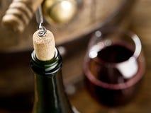 Otwarcie wino butelka z corkscrew fotografia royalty free