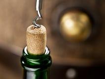 Otwarcie wino butelka z corkscrew obraz royalty free