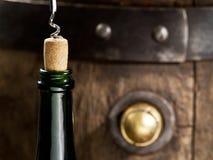 Otwarcie wino butelka z corkscrew obrazy royalty free