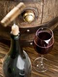 Otwarcie wino butelka z corkscrew zdjęcia royalty free