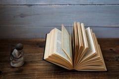 Otwarta biblia i anioł obrazy royalty free