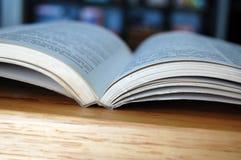 Otwarta biblioteki książka zdjęcie stock