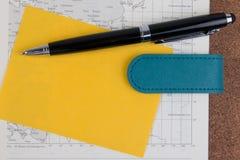 Otwarta biznesowa dzienniczek mapy książka z światową mapą z piórem Obraz Stock