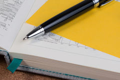 Otwarta biznesowa dzienniczek mapy książka z światową mapą z piórem Obrazy Stock
