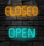 Otwarta i zamknięta neonowa inskrypcja Lekki znak na czarnym ściana z cegieł tle Zdjęcie Royalty Free