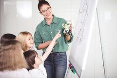 Otwarta kobieta i satysfakcjonujący dzieciaki podczas lekci obraz stock