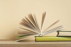 Otwarta książka, hardback rezerwuje na drewnianym stole Edukaci tło tylna szkoły zdjęcie stock
