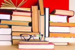 Otwarta książka, hardback rezerwuje na jaskrawym kolorowym tle Zdjęcia Royalty Free
