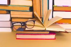 Otwarta książka, hardback rezerwuje na jaskrawym kolorowym tle Zdjęcie Royalty Free