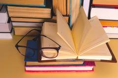 Otwarta książka, hardback rezerwuje na jaskrawym kolorowym tle Obraz Stock