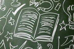 Otwarta książka i symbole rysujący na chalkboard, kopii przestrzeń obraz royalty free