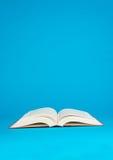 Otwarta książka na błękitnym tle Obraz Stock