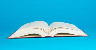 Otwarta książka na błękitnym tle Zdjęcia Royalty Free