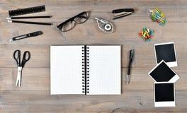 Otwarta książka, polaroid fotografii ramy i writing narzędzi biura szkoła, Obraz Stock