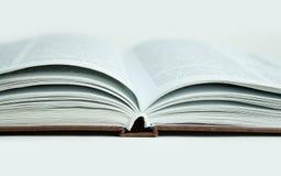 Otwarta książka, zamyka up pojedynczy białe tło Fotografia Royalty Free